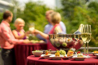 Sommerfest mit Obst und Sekt